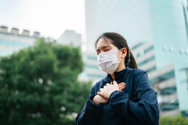 不要戴著口罩運動!醫警告:加重負擔 水氣更讓病毒長驅直入。(示意圖/Shutterstock)