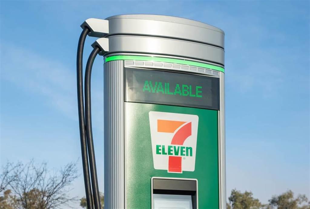 超商搶吃電動車大餅!北美 7-11 宣布自營充電站,廣設 500 支 DC 快速充電樁