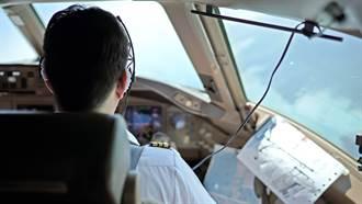 女機師飛機開一半  轉頭驚見機長「露鳥看謎片」超傻眼