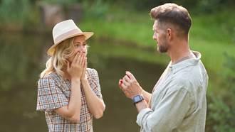 他在最大湖邊驚喜求婚!鑽戒意外滑落湖底 結局超狂