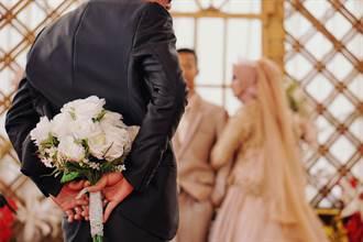 赴前任婚禮只為見新郎媽 抱住無緣婆婆落淚 感人真相曝光