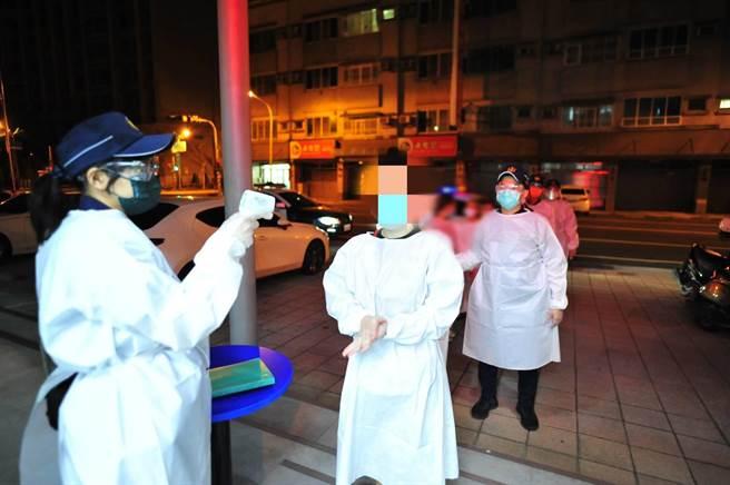 台南市警五分局逮捕10名越南女子從事性交易。(警方提供/曹婷婷台南傳真)