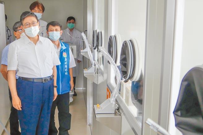 新竹縣長楊文科(左)視察台大生醫醫院社區篩檢站。(羅浚濱攝)