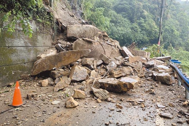 縣道122線五指山入口路段落石坍方,一度造成交通中斷。(竹東分局提供/羅浚濱新竹傳真)