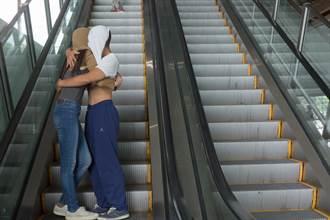 手扶梯上的身體雕塑 台灣表演者登龐畢度中心