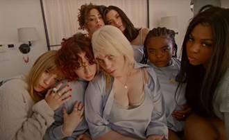 19歲怪奇比莉爆乳拍MV  化身金髮尤物讓粉絲臉紅心跳