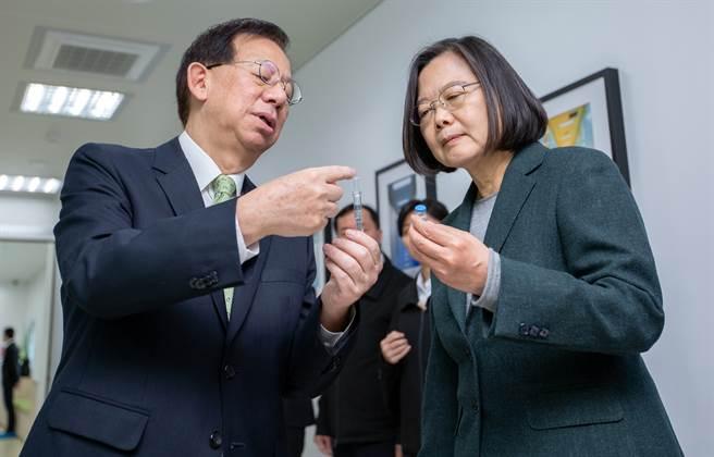 蔡英文總統(右)於2020年2月20日視導高端疫苗公司。圖左為總經理陳燦堅。(圖/總統府提供)