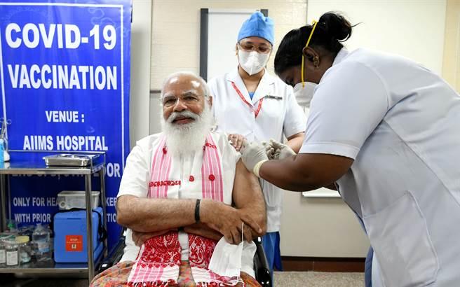 印度總理莫迪去年因選舉的需要,向藥監部門與廠商施壓要求才剛開始二期臨床試驗的Covaxin加快進度,以便讓他在印度獨立日演講中拿來做為政績,並操作對抗中國氣氛為選舉造勢。圖為莫迪接種印度國產疫苗。(圖/路透)