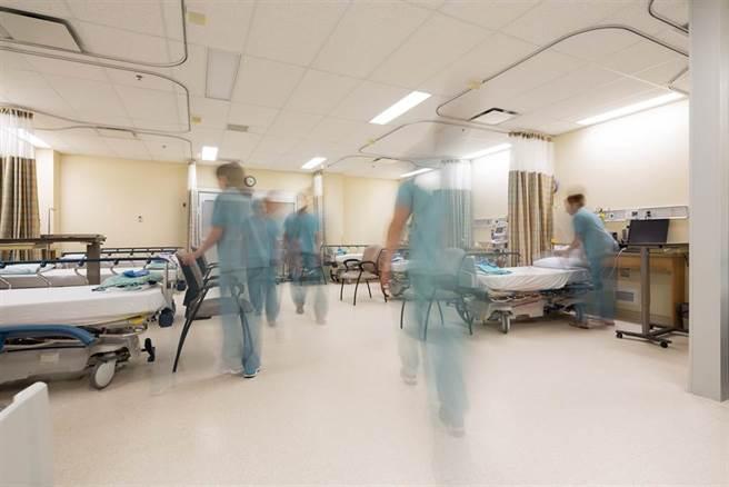 第一線護理師吐露心聲,直言「我們願意賣命,」但若沒有負壓病房,不讓病毒流出的只有一扇門。(示意圖/Shutterstock)