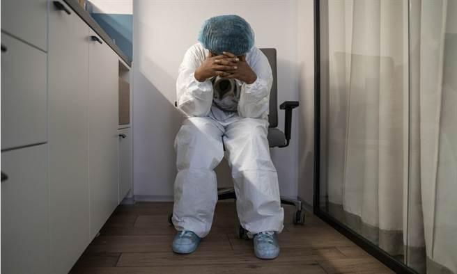 第一線護理師描述院內狀況,希望各界給足夠人力,不只是給壓力。(示意圖/Shutterstock 非新聞當事人)