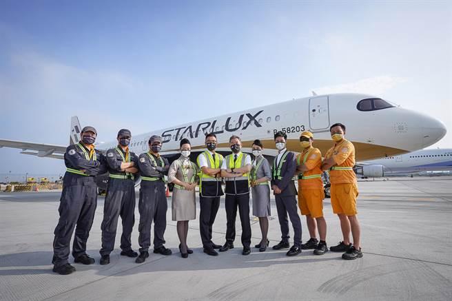 星宇JX Style制服風格,首創以「飛航員」、「空服員」、「航機工程師」、「地面勤務」制服元素為設計概念。(星宇提供)