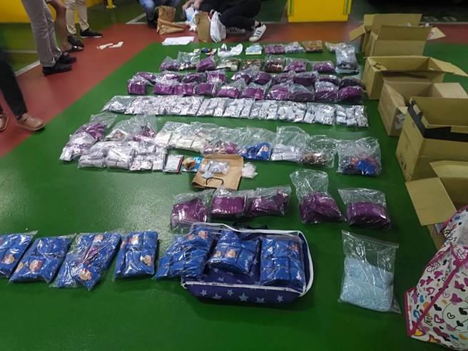 刑事局查獲近8000包毒咖啡包等大批毒品。(翻攝照片/林郁平台北傳真)