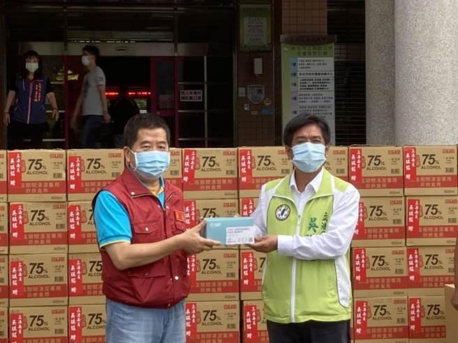 立法委員吳琪銘今捐贈給新北市土城區公所1萬多片口罩、1000瓶防疫酒精、20件防護衣,盼為第一線工作人員增添新裝備,安心對抗病毒。(吳琪銘服務處提供)