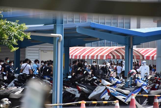 京元電快篩站3日下午預估還要再採檢2千人。(謝明俊攝)