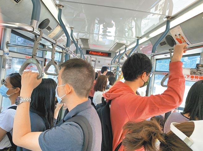 北市自升三級警戒後,公車運量減少近8成,平日班次減少3成、假日減5成,民眾抱怨要苦等半小時至1小時,且更擁擠,增加染疫風險。(北市議員陳怡君提供/張穎齊台北傳真)