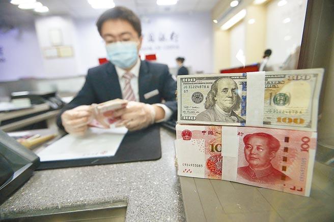 中國人民銀行1日網站發布《反洗錢法(修訂草案公開徵求意見稿)》明確要求「特定非金融機構」在從事特定業務時,應當參照金融機構要求履行反洗錢義務。圖為山西銀行員清點現鈔。(中新社)