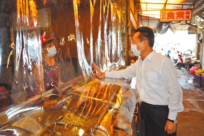 嘉義縣長翁章梁2日到大林鎮市場,了解目前市場攤商經營狀況。(嘉義縣政府提供/呂妍庭嘉義傳真)