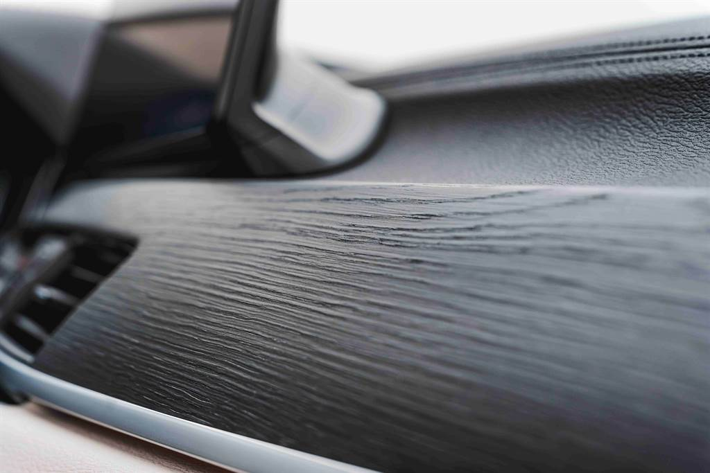 Fine-wood橡木紋飾板含銀色飾條增添車室內的豪華質感。