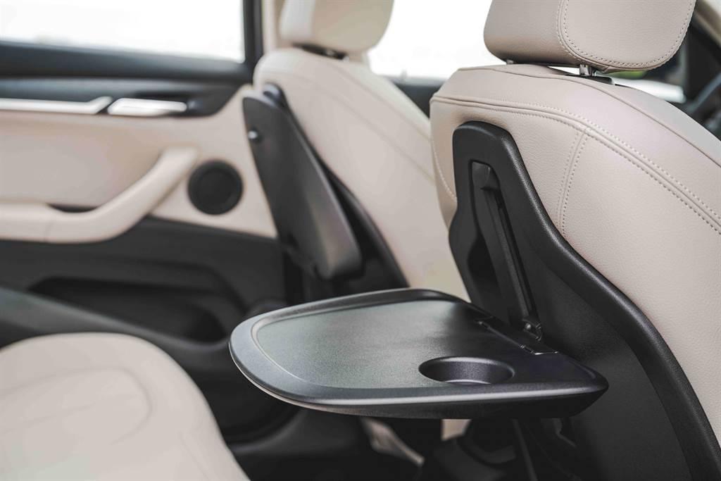 後座折疊式專用桌乘客可依喜好上下調整桌面高度與傾角,大幅提升後座的實用性與機能性。