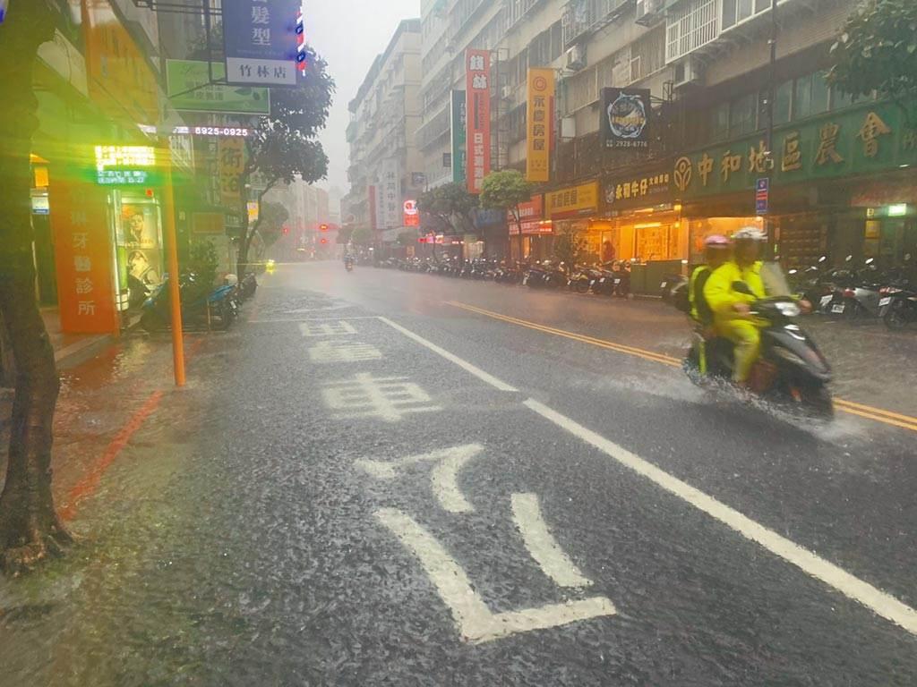 2020年7月26日台東豪雨實景。(民眾提供/王揚傑新北傳真)