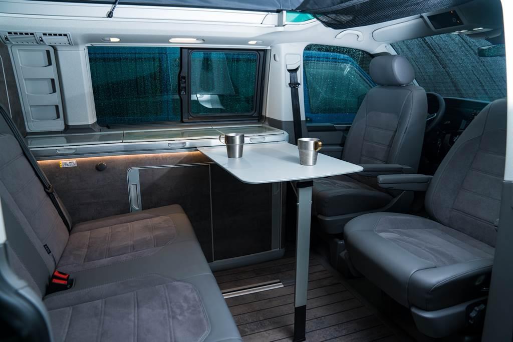 前座座椅能向後旋轉,搭配收納在流理臺邊的折疊桌,除了當餐桌也能成為戶外辦公桌!