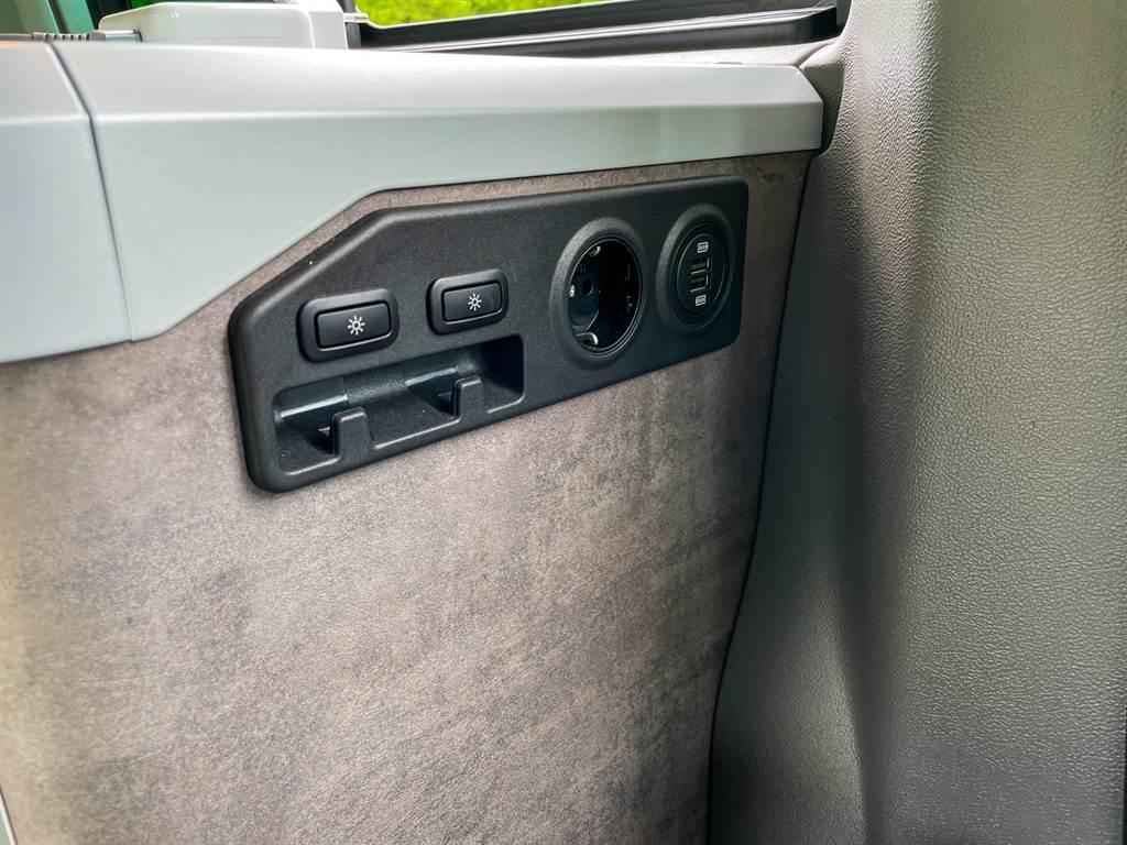 車內電源不管是230V歐規插座、USB還是車用12V一應俱全,滿足各種電器需求。