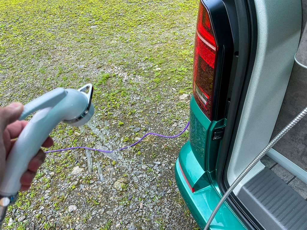 車內清水除了流理臺可用之外,Ocean還附上沖洗器,在戶外玩耍後可先簡單清洗再回到車上,避免把車上的高檔內裝弄髒。