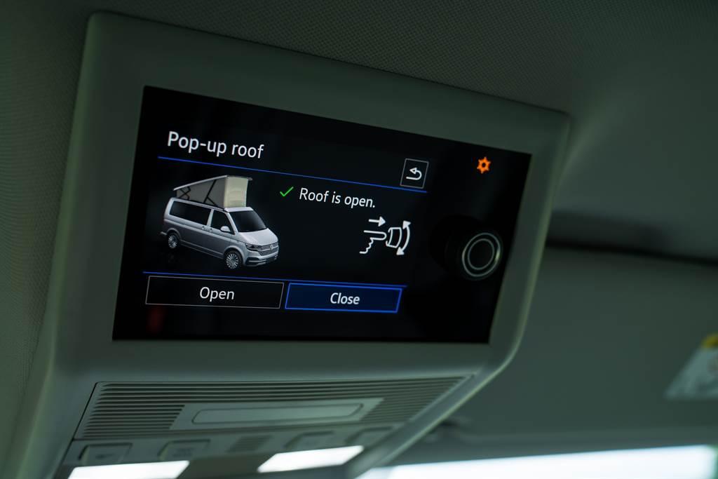 要想到二樓去也得從前座上方的資訊幕操作,California Ocean為車系唯一採用電動升降式車頂,啓閉雖然輕鬆但比較費時一些。