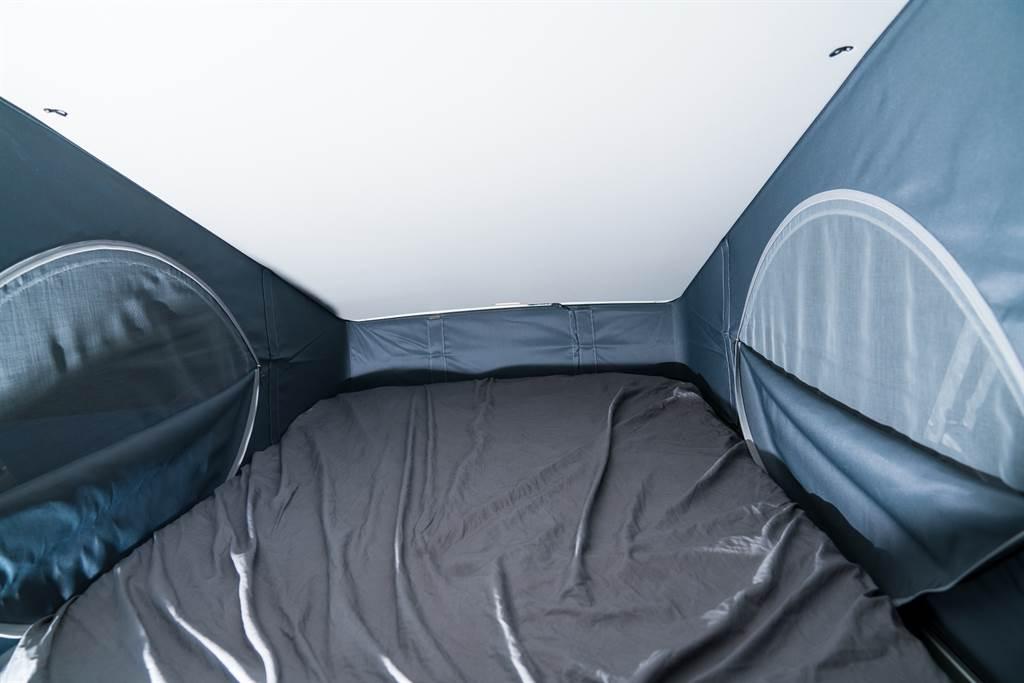 二樓的小缺點就是內部空間為三角形,除了這點之外,1.2m×2.0m的床鋪尺寸加上兩側與前方設有通風窗以及床墊下方採用的蝶型彈簧,睡起來還是挺舒適的,而且也提供12V電源以及LED燈光照明。