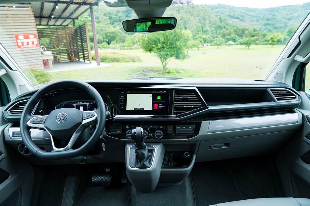 駕駛艙與其他T6.1車系一模一樣,USB接口也換為Type-C。