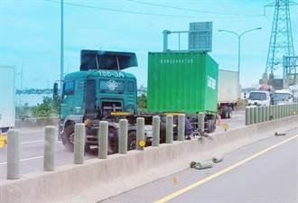 西濱彰化段貨櫃車衝撞分隔島「折甘蔗」冒煙火燒車