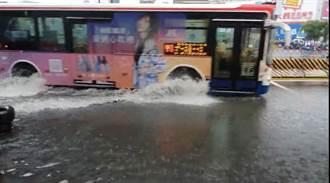 雷雨彈狂炸雙北 新店淹大水 網開門驚見小河