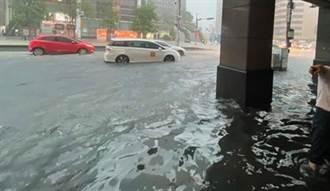 豪雨狂倒畫面曝光 北市忠孝東路成黃河 水淹進店家老闆求救