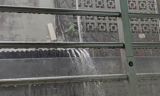 豪雨天怨鄰居「頂樓瀑布」炸自家大門 他PO文遭圍剿:檢舉老天爺啦