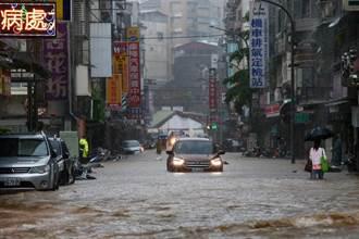 豪雨炸翻北市 交通局宣布:開放全市路邊紅黃線停車