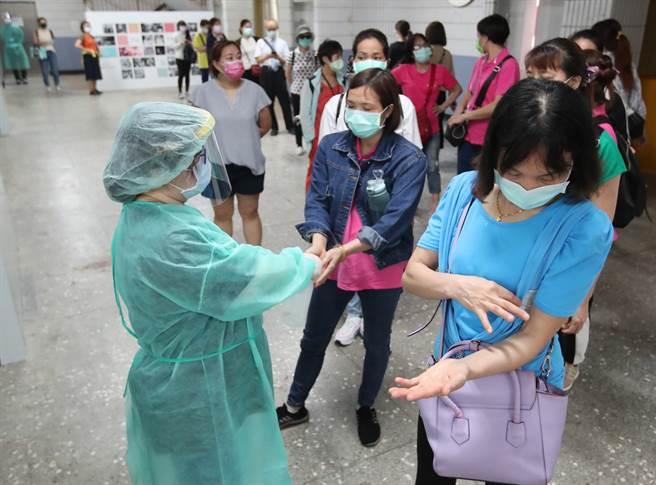台北新冠肺炎疫情提升到三級後,雙北確診病例激增,3日在爆出數起長照機構群聚感染案例後,台北市全力為第一線的醫護人員及長照機構員工施打疫苗。(圖/鄭任南攝)