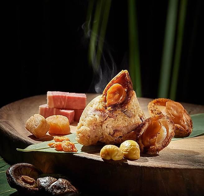 台北福華〈虎掌八鮮粽〉,是以浸滷至軟嫩的豬五花,搭配虎掌、栗子仁、油雞腿肉、香菇、開陽、花膠、干貝作餡。(圖/台北福華飯店)