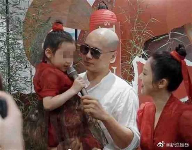 高雲翔離婚後首度同框前妻董璇,幫女兒過5歲生日。(翻攝自新浪娛樂微博)