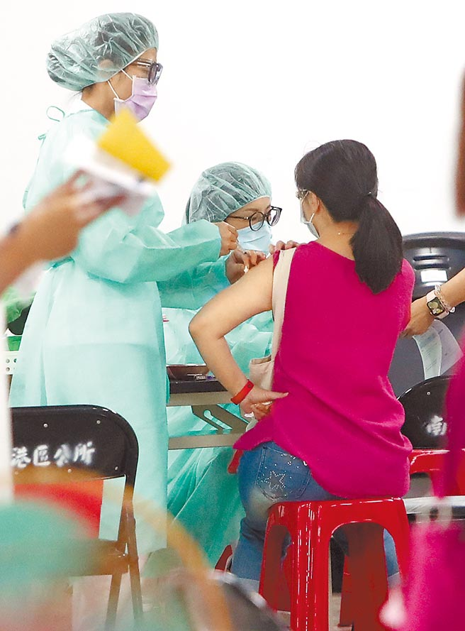 雙北近日確診病例又激增,在爆出數起長照機構群聚後,台北市3日全力為第一線醫護及長照員工施打疫苗,圖為北市成德市場疫苗注射中心為相關人員接種疫苗。(鄭任南攝)