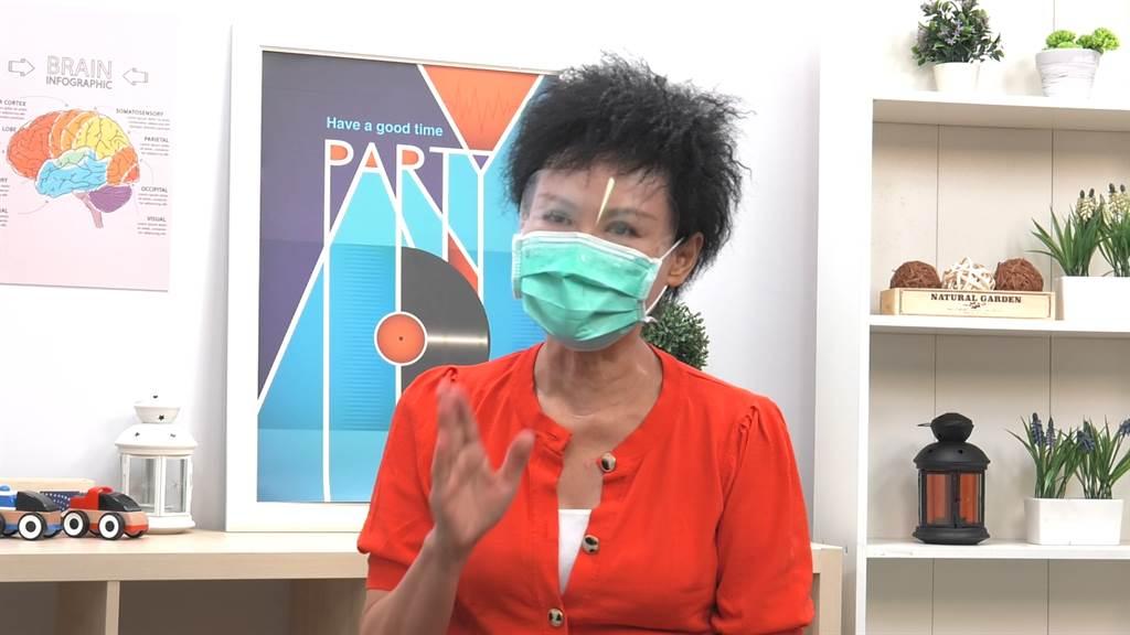 毒物科護理師譚敦慈分享到市場採買要注意的防疫事項。(攝影/馬樹立)
