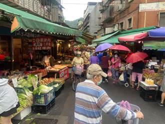 下雨也擋不住!台北菜市場再現人潮 婆媽逛街採買