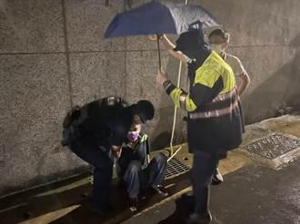 失智老翁離家淋雨忘帶口罩 員警遞罩助返家