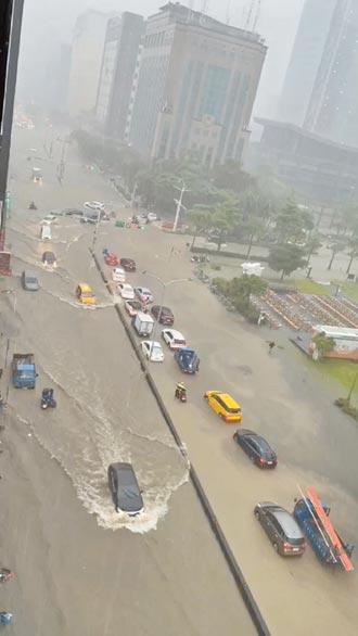 豪雨炸雙北 忠孝東路淹成大運河