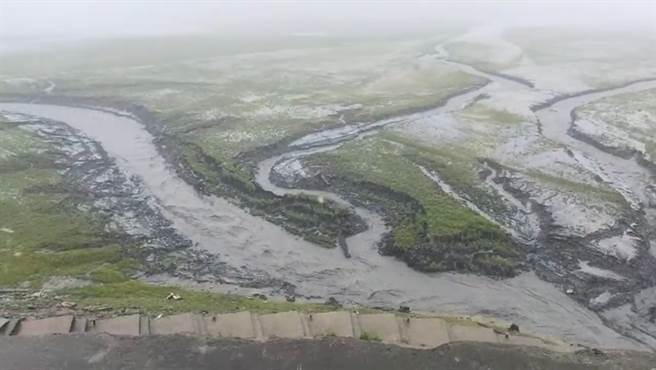 YouTuber小萊姆上石門水庫實況祈雨,看見集水區降下大雨興奮不已。(圖/影片截圖)