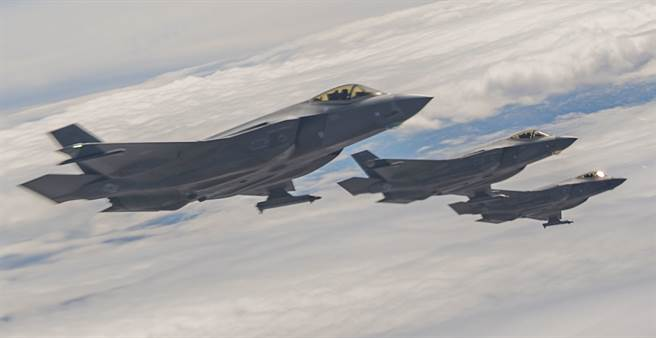 F-35戰機2021年3月18日準備在內華達測試與訓練靶場(Nevada Test and Training Range)上空加油的畫面。(美國空軍)