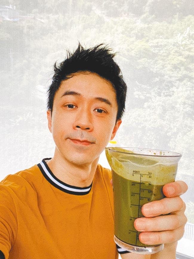 光良近來居家防疫,分享自製有機蔬果汁。(星娛音樂提供)