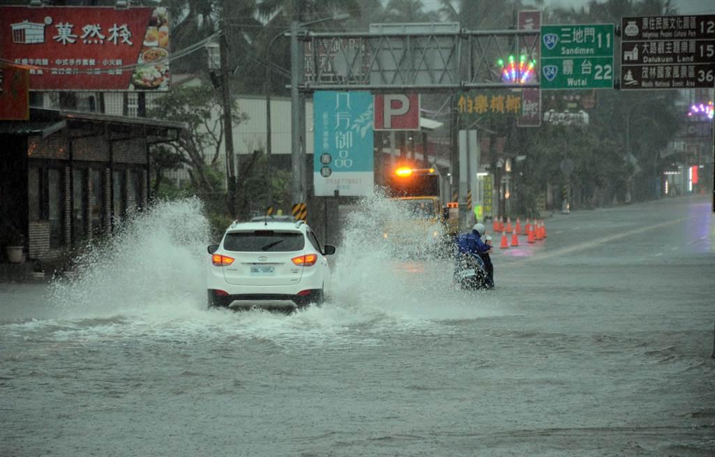 國道三號長治交流道下因雨淹水,車道成為水道,車輛經過濺起大片水花。(林和生攝)