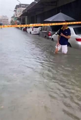水淹到膝盖 网曝高雄各地淹水惨况:高速公路下不去 出现水上列车