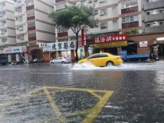 高雄雨彈狂轟 鳳山道路水淹成河 黃捷籲民眾待在家最安全