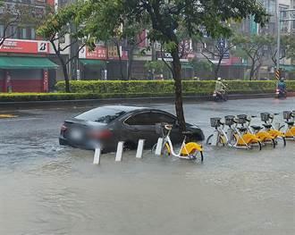 高雄鳳山大雨狂炸!馬路慘變小河 淹到只剩快車道